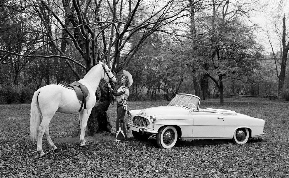 retro-fotografie-skodovky-a-miss-usa-vilem-heckel-biela-skoda-felicia-veteran-1960