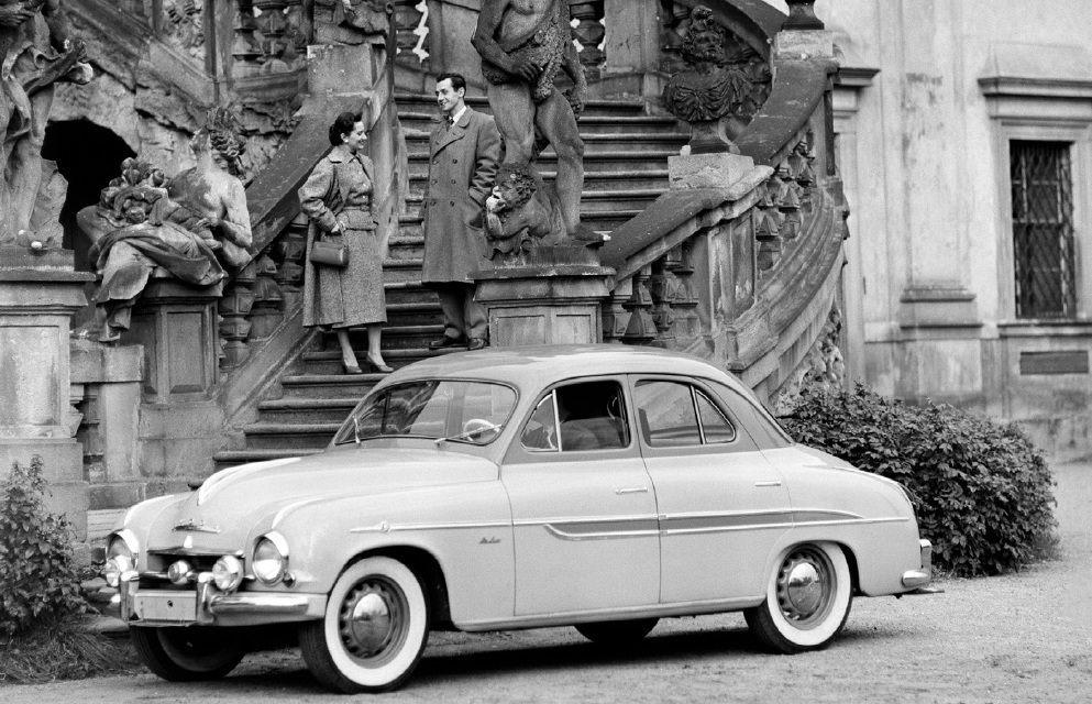 retro-fotografie-skodovky-a-miss-usa-vilem-heckel-skoda-1201-export-1956-chromovana