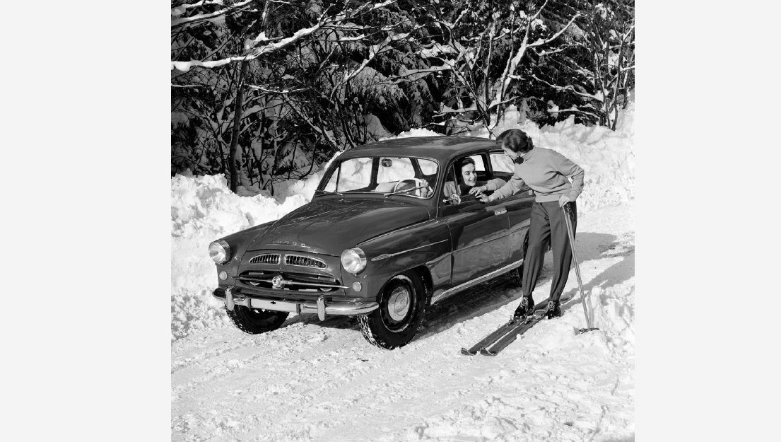 retro-fotografie-skodovky-a-miss-usa-vilem-heckel-skoda-440-spartak-lyziarka-sneh