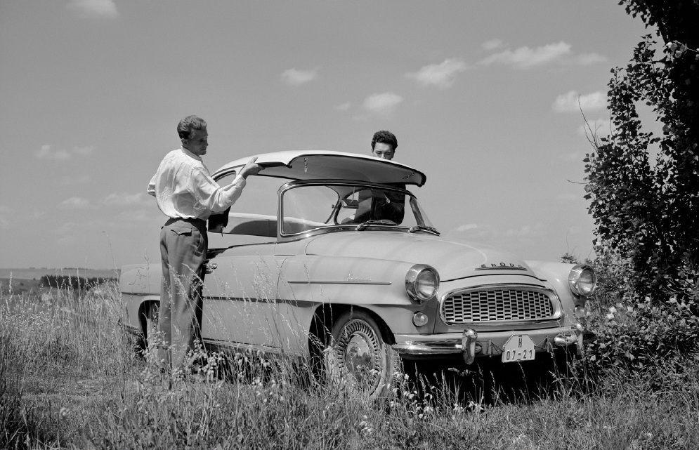 retro-fotografie-skodovky-a-miss-usa-vilem-heckel-skoda-felicia-1960-veteran-laminatova-strecha