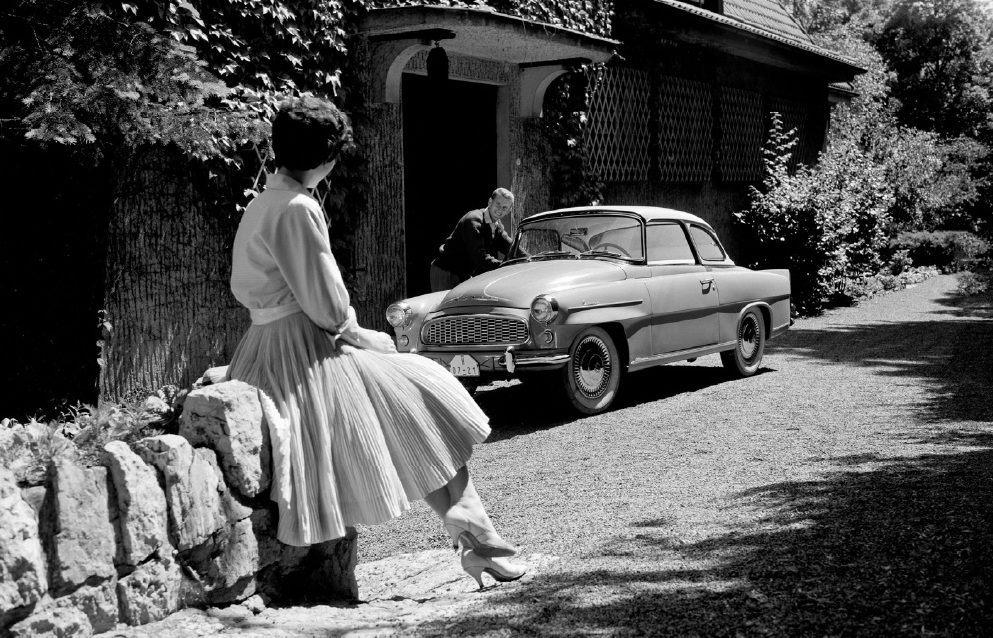 retro-fotografie-skodovky-a-miss-usa-vilem-heckel-skoda-felicia-veteran-muz-zena-1961